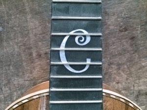 指板のカスタムインレイロゴ