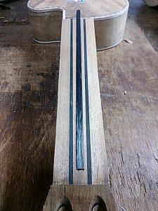カーボンファイバーのネック補強材