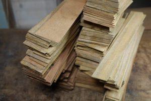 コア材マンゴー材を製材する