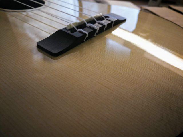 弦交換時のスプルース表板傷